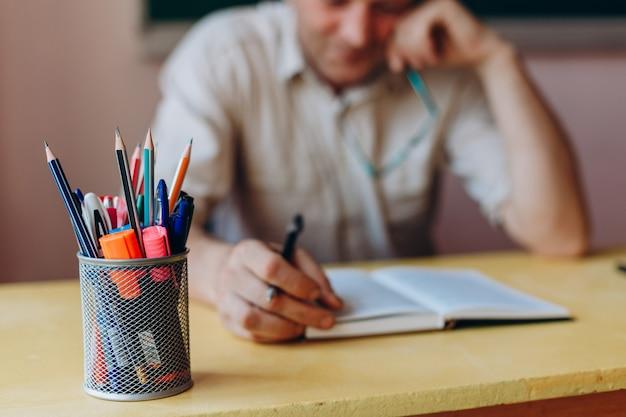 Closeup una papelería sobre la mesa.