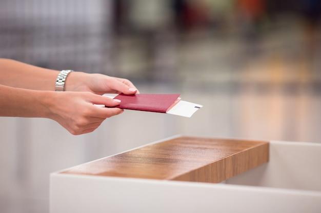 Closeup pasaportes y tarjeta de embarque en el aeropuerto interior