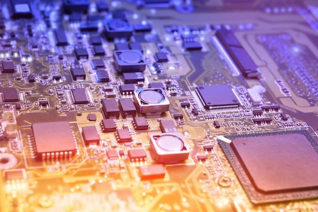 Closeup en placa electrónica en taller de reparación de hardware, borrosa y tonificada