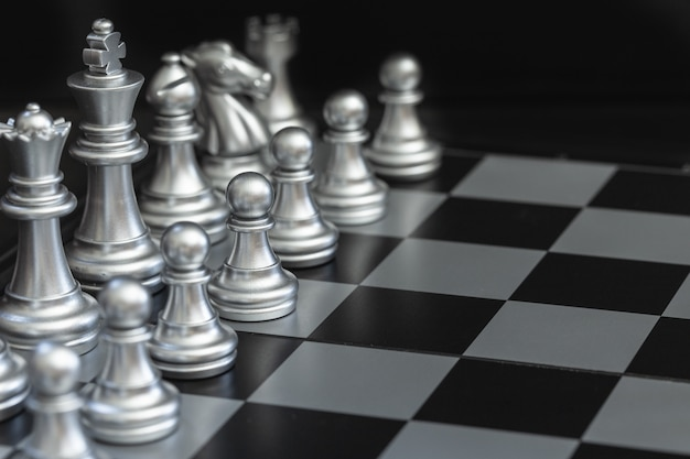 Closeup plata ajedrez en el tablero de ajedrez