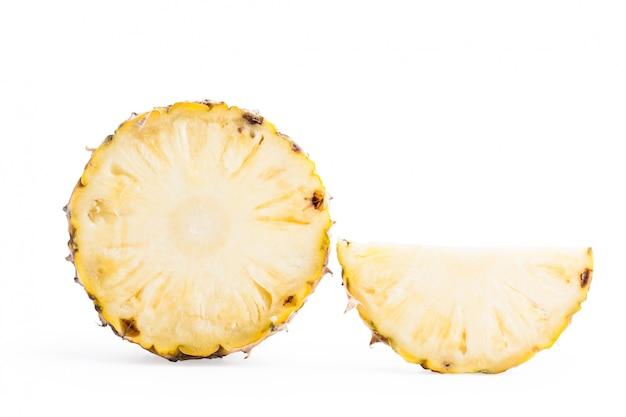 Closeup rebanada cortada piña aislada sobre fondo blanco con trazado de recorte