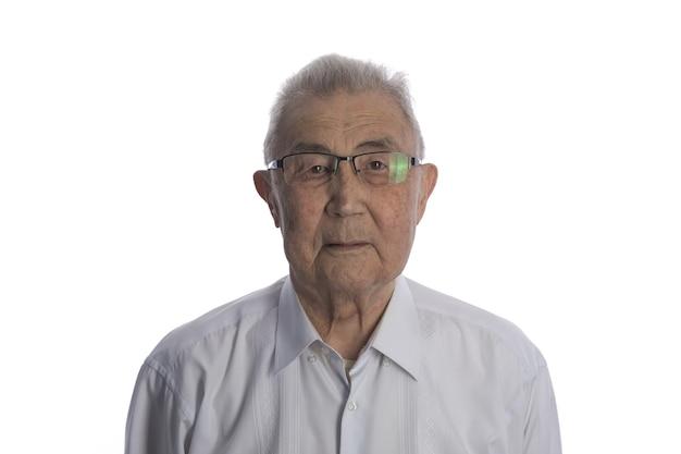 Closeup retrato de un anciano asiático sobre fondo blanco de estudio