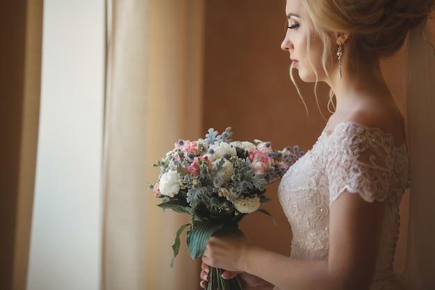 Closeup retrato de una bella joven novia