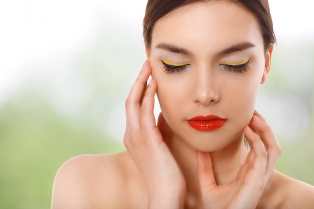 Closeup retrato de una bella mujer con cara de belleza y piel de cara limpia