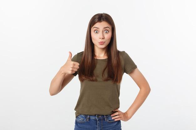Closeup retrato de una bella mujer joven mostrando pulgares arriba signo