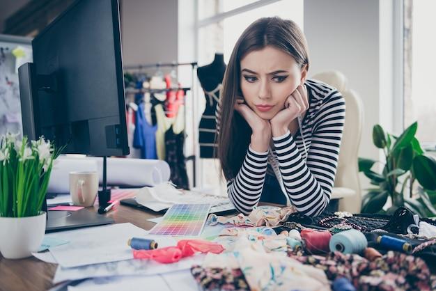 Closeup retrato de costurera aburrida perdida decepcionada elegir materiales