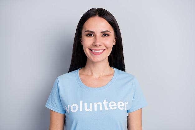 Closeup retrato de ella ella agradable atractivo encantador encantador bastante lindo alegre niña voluntaria tierra cambio global organización de caridad aislada sobre fondo de color gris pastel