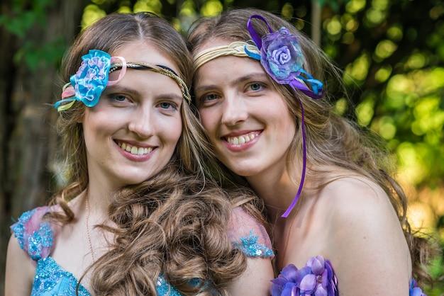 Closeup retrato feliz sonriente hermanas gemelas