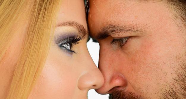 Closeup retrato de hermosa pareja casada. romántico y amoroso. relación sensual. historia de amor, concepto de día de san valentín.