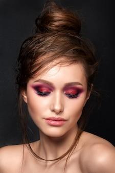 Closeup retrato de joven bella mujer con maquillaje de verano moderno de ojos ahumados rosa brillante
