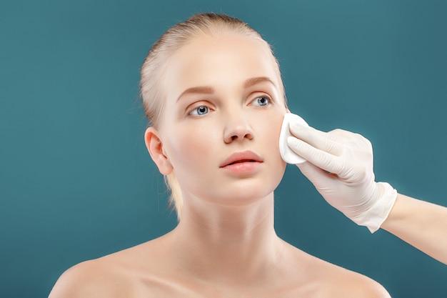 Closeup retrato de joven bella mujer con una piel perfecta. aplicación