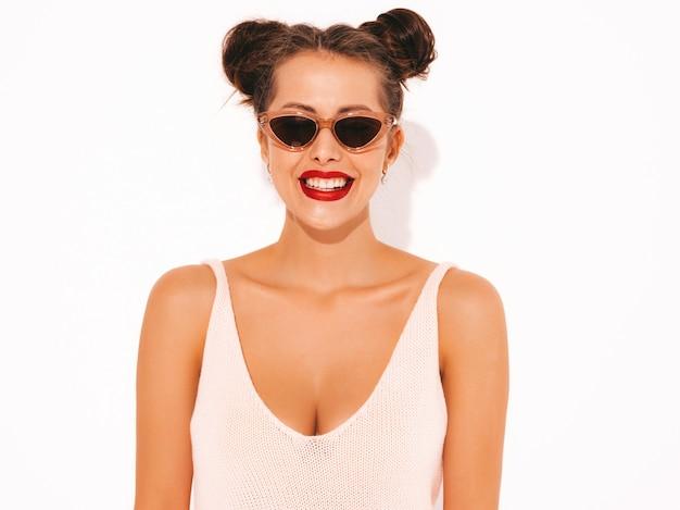 Closeup retrato joven y bella mujer sexy hipster sonriente con labios rojos en gafas de sol.