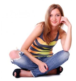 Closeup retrato de joven linda sonriendo sobre fondo blanco
