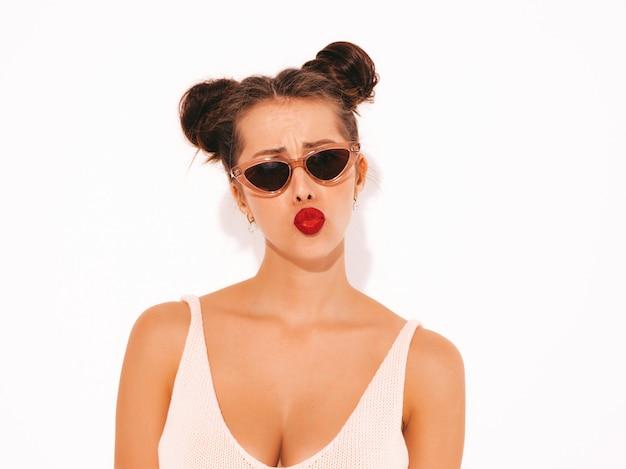 Closeup retrato joven mujer inconformista sexy hermosa con labios rojos en gafas de sol.