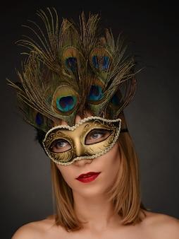 Closeup retrato de mujer hermosa con máscara de carnaval
