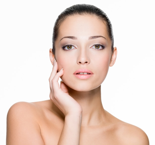 Closeup retrato de mujer hermosa con piel fresca de rostro - aislado en blanco