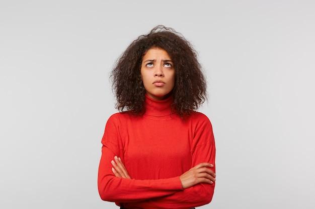 Closeup retrato mujer joven mirando hacia arriba de pie con las manos cruzadas esperando lo mejor para pedir perdón