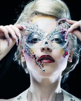 Closeup retrato de mujer con maquillaje artístico