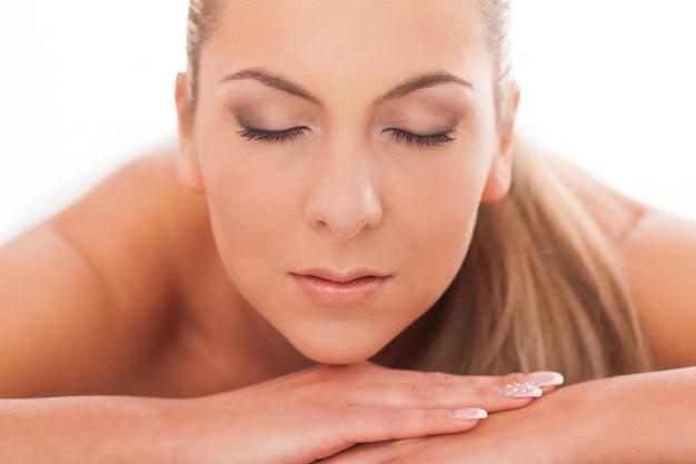 Closeup retrato de mujer con maquillaje de día