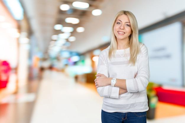 Closeup retrato de mujer de negocios joven linda sonriendo