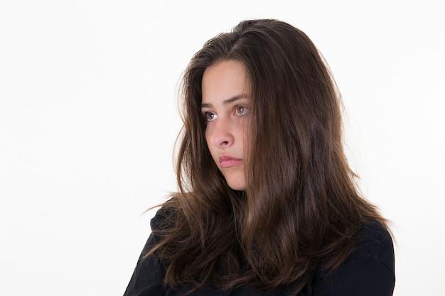 Closeup retrato de mujer triste y deprimida aislada en blanco