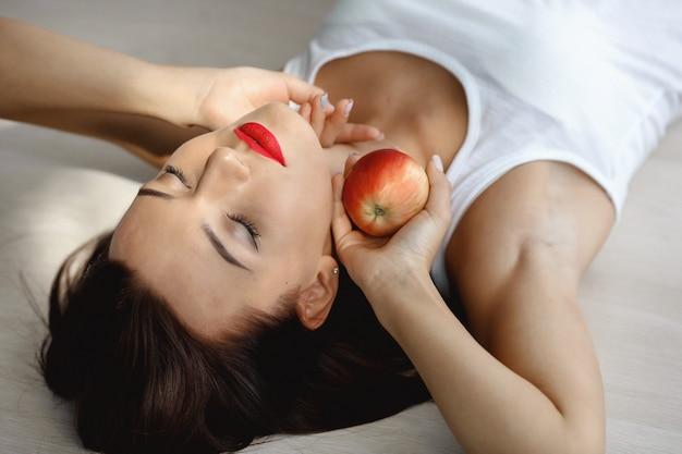 Closeup retrato de una niña femenina con maquillaje profesional brillante
