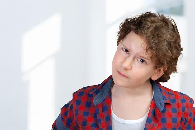 Closeup retrato de niño sospechoso y cauteloso niño