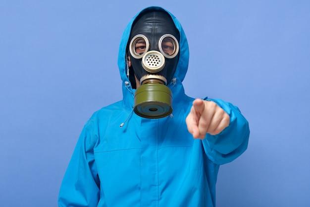 Closeup retrato de susto ecologista con fábricas que contaminan el aire