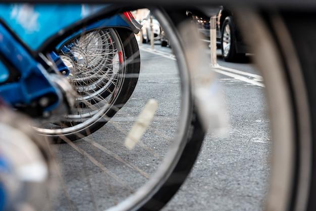 Closeup de ruedas de bicicleta con fondo borroso
