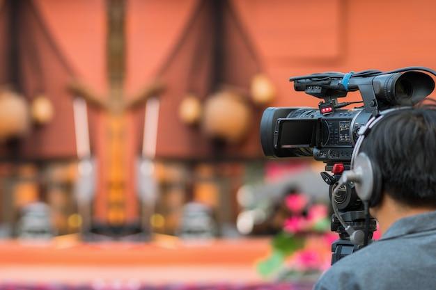 Closeup video cameraman tomando photograp para el escenario, evento y equipo de producción de seminario concep