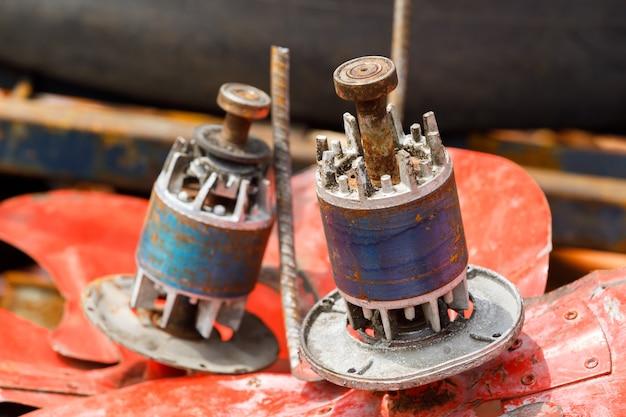 Closeup viejo y oxidado motor de ventilador de cobre dínamo chatarra, basura reciclable basura
