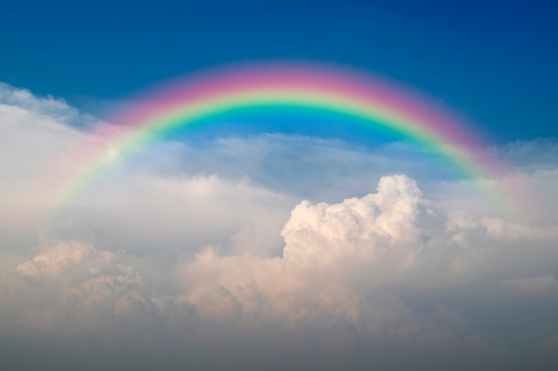 Cloudscape con cielo azul y nubes blancas arco iris