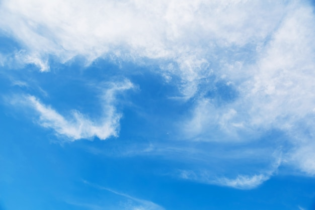 Cloudscape cirrostratus o mullido cirros en el cielo azul