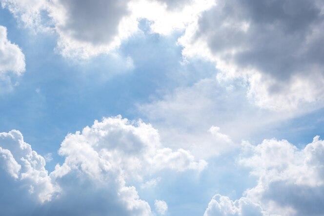 Cloudscape con cielo azul y nubes blancas