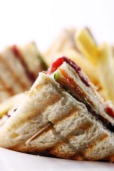 Club sandwich con carne y verde