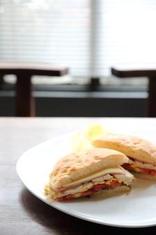 Club sándwich con fondo de madera