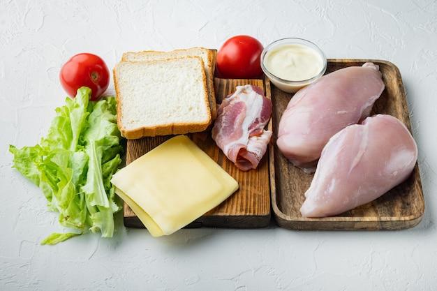 Club sándwich con ingredientes frescos, sobre fondo blanco.