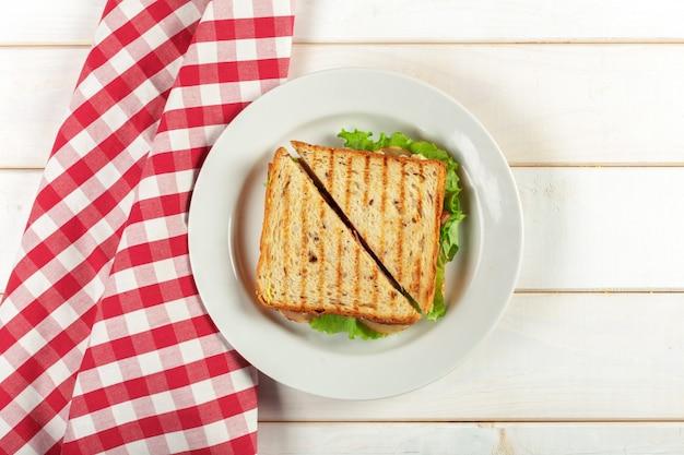 Club sandwich en mesa de madera