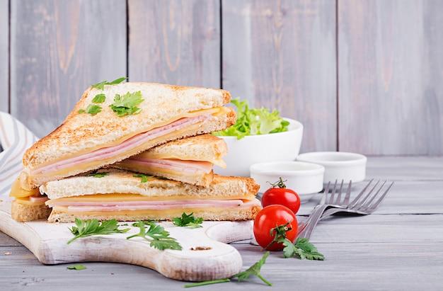 Club sandwich panini con jamón, queso y ensalada. desayuno sabroso