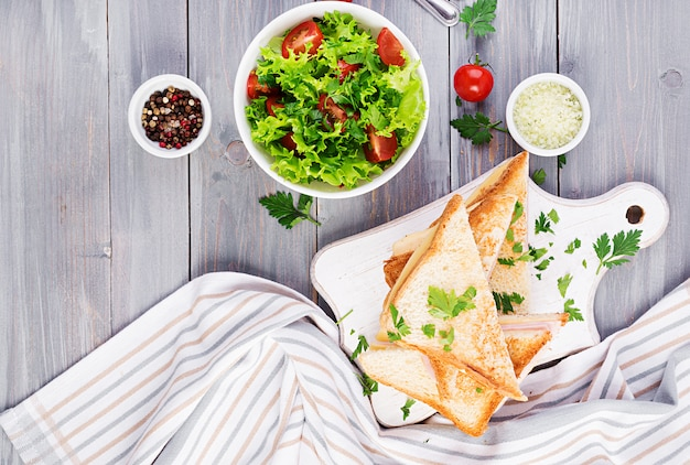 Club sandwich panini con jamón, queso y ensalada