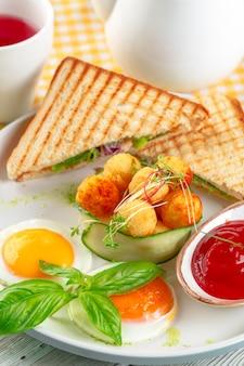 Club sandwich panini con jamón, tomate, queso y albahaca con bolas de queso