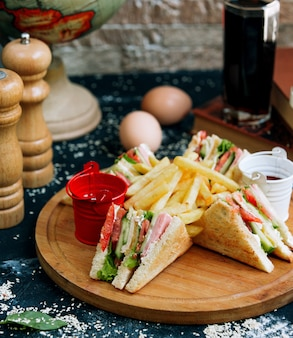 Club sandwich con papas fritas