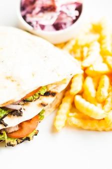 Club sándwich en pita con papa frita y ensalada
