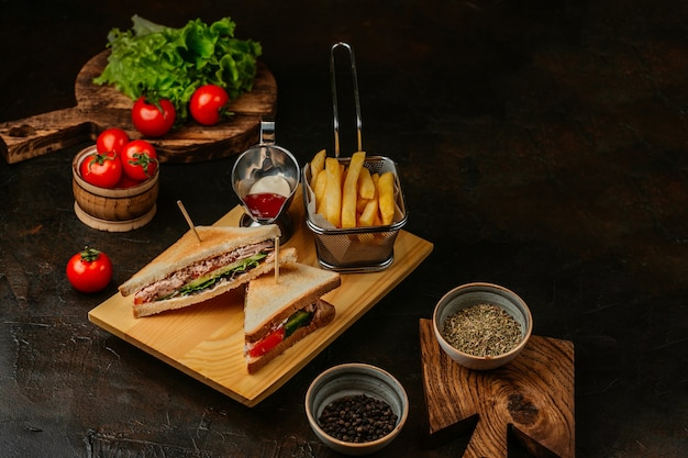 Club sándwich con queso pepino tomate carne ahumada y salami