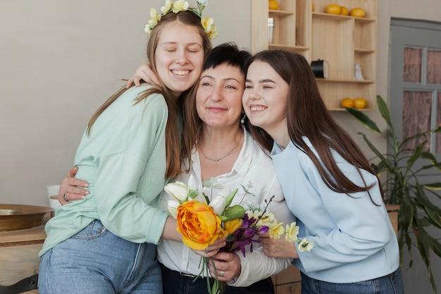 Club social femenino sosteniendo flores y abrazos