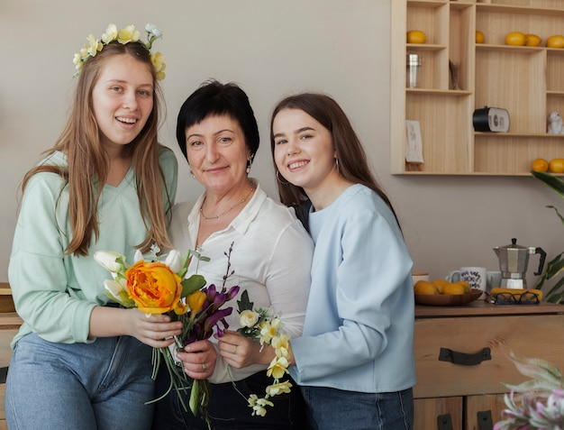 Club social femenino sosteniendo flores