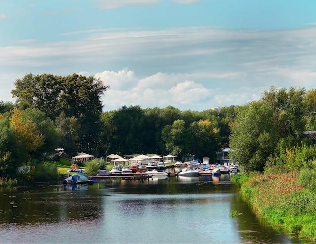 Club de yates dramático en el fondo del río