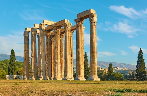 Clumns del templo de zeus en atenas, grecia. arquitectura griega antigua, símbolo de la ciudad
