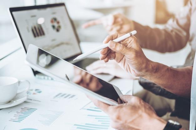 Co-trabajo equipo de negocios reunión planificación estrategia análisis inversión y ahorro