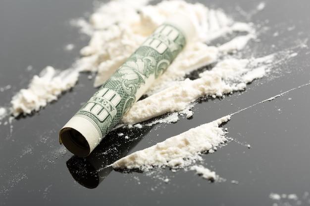 Cocaína y billete de 10 dólares